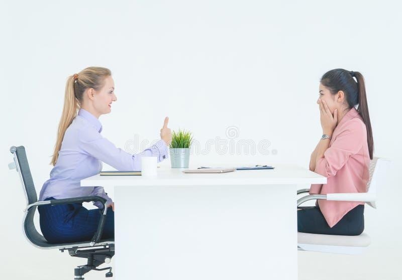Ο αντίχειρας ανώτερων υπαλλήλων ωρ. επάνω για σας είναι μισθωμένη έννοια συνέντευξης εργασίας στοκ εικόνες με δικαίωμα ελεύθερης χρήσης