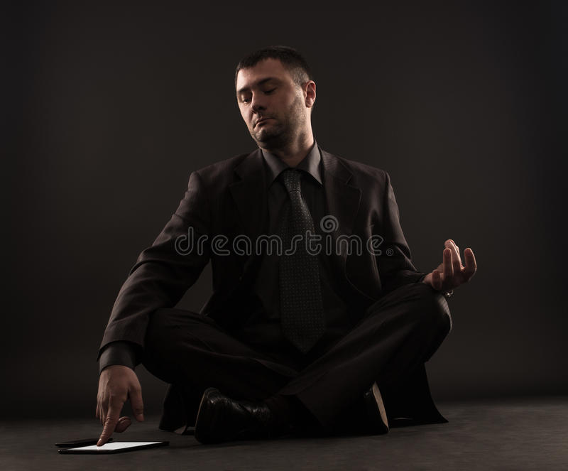 Ο ανυπόμονος επιχειρηματίας δεν μπορεί meditate στοκ εικόνα με δικαίωμα ελεύθερης χρήσης