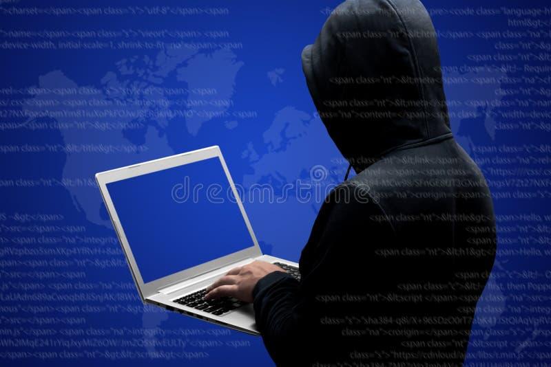 Ο ανώνυμος απρόσωπος χάκερ στις μαύρες στάσεις ιματισμού πίσω, εργάζεται στον κώδικα στο φορητό προσωπικό υπολογιστή, που απομονώ στοκ φωτογραφία