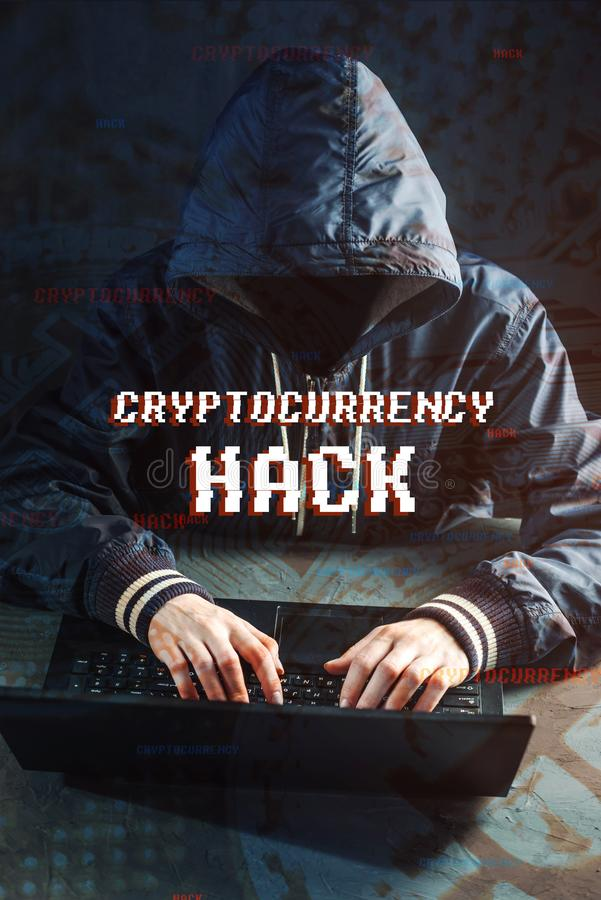 Ο ανώνυμος χάκερ χωρίς ένα πρόσωπο προσπαθεί να κλέψει το cryptocurrency χρησιμοποιώντας έναν υπολογιστή Απάτη και εξαπάτηση σε C στοκ φωτογραφία