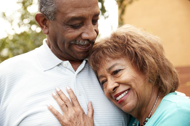 Ο ανώτεροι σύζυγος και η σύζυγος αφροαμερικάνων που αγκαλιάζουν υπαίθρια, κλείνουν επάνω στοκ εικόνες με δικαίωμα ελεύθερης χρήσης