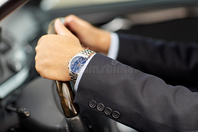 Ο ανώτερος επιχειρηματίας δίνει το οδηγώντας αυτοκίνητο στοκ εικόνες