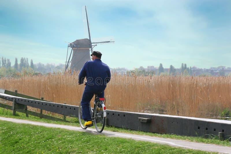Ολλανδία Farmer που οδηγά το ποδήλατο στοκ φωτογραφία
