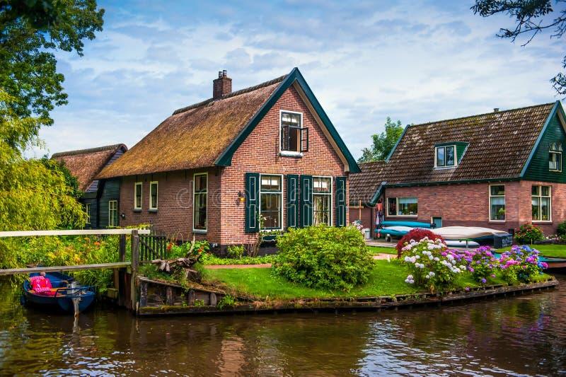 Ολλανδική πόλη Giethoorn με τα εξοχικά σπίτια και τα κανάλια στοκ φωτογραφία