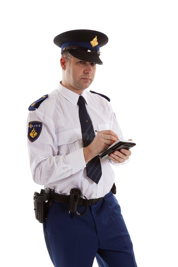 Ολλανδικός αστυνομικός που συμπληρώνει το εισιτήριο στάθμευσης. πέρα από την άσπρη πλάτη στοκ φωτογραφίες