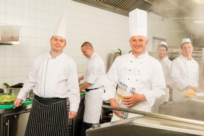 ο απασχολημένος αρχιμάγειρας μαγειρεύει την επαγγελματική ομάδα κουζινών στοκ εικόνες με δικαίωμα ελεύθερης χρήσης