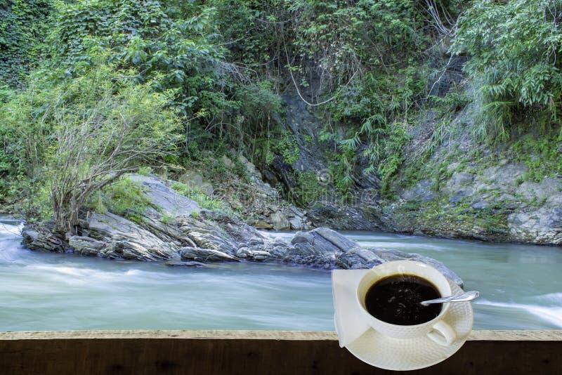 Ο απομονωμένος καυτός καφές έβαλε ένα γυαλί του λευκού με ένα περιστασιακό σπάσιμο για στοκ εικόνες