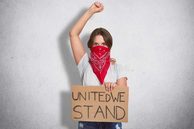 Ο απομονωμένος πυροβολισμός του ισχυρού θηλυκού παρουσιάζει δύναμη γυναικών, αυξάνει το χέρι, παρουσιάζει πυγμές, κρατά το πιάτο  στοκ φωτογραφίες με δικαίωμα ελεύθερης χρήσης