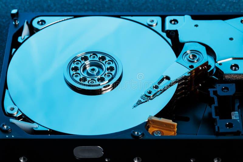 Ο αποσυντεθειμένος σκληρός δίσκος από τον υπολογιστή, hdd με την επίδραση καθρεφτών άνοιξε το σκληρό δίσκο από τον υπολογιστή hdd στοκ φωτογραφία με δικαίωμα ελεύθερης χρήσης