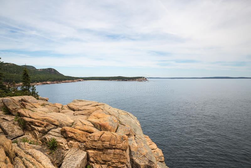 Ο απότομος βράχος ενυδρίδων αγνοεί σε Acadia το εθνικό πάρκο σε Acadia εθνικό στοκ εικόνα