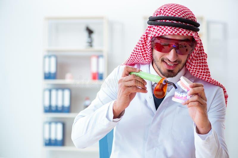 Ο αραβικός οδοντίατρος που εργάζεται στο νέο μόσχευμα δοντιών στοκ εικόνα με δικαίωμα ελεύθερης χρήσης