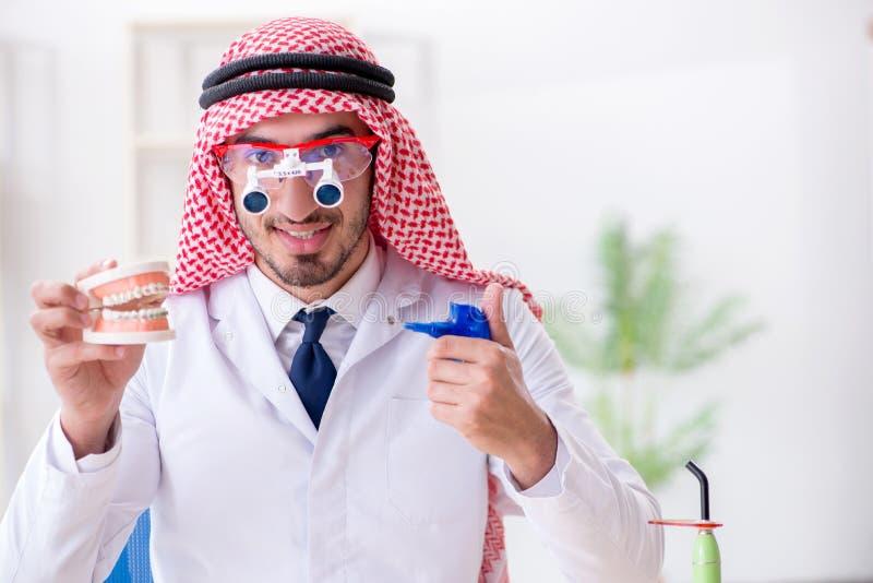 Ο αραβικός οδοντίατρος που εργάζεται στο νέο μόσχευμα δοντιών στοκ φωτογραφία με δικαίωμα ελεύθερης χρήσης