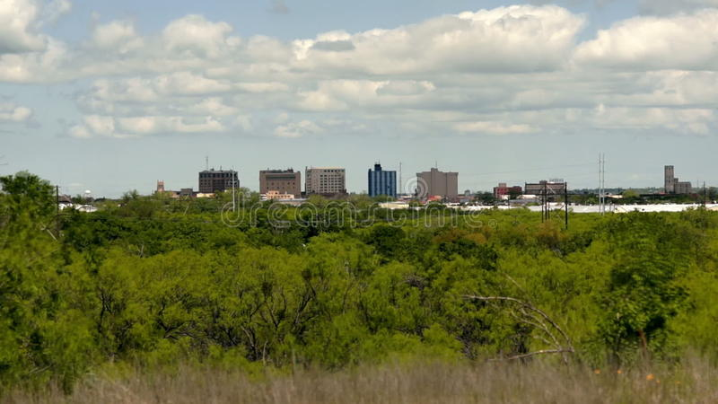 Ο αραιός στο κέντρο της πόλης ορίζοντας Wichita πόλεων πέφτει διάβαση σύννεφων του Τέξας απόθεμα βίντεο