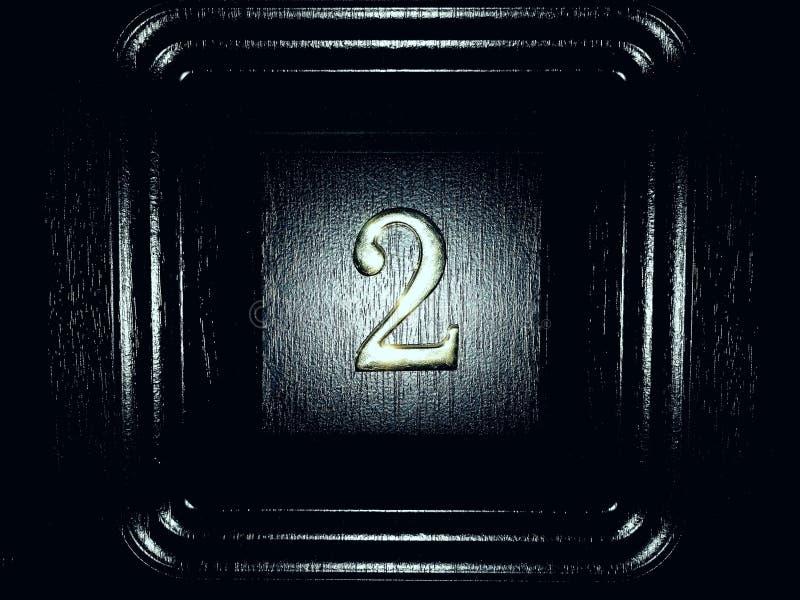 Ο αριθμός δύο 2 στην πόρτα στην είσοδο του σπιτιού στην πόλη r Βαμμένος στοκ εικόνα με δικαίωμα ελεύθερης χρήσης