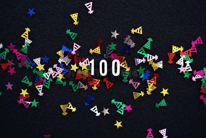 Ο αριθμός 100 και sparkly καπέλα κομμάτων ακτινοβολεί στοκ εικόνες