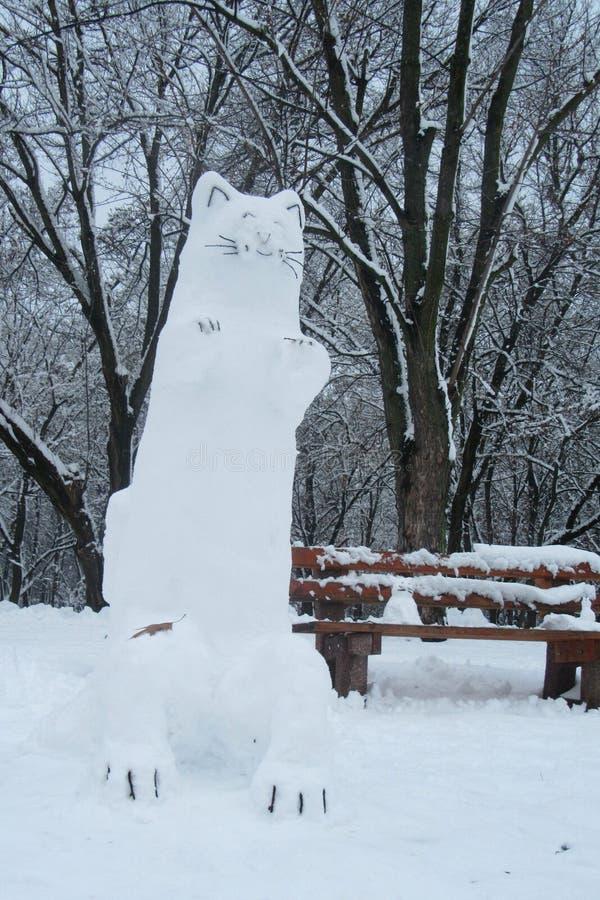 Ο αριθμός μιας τεράστιας γάτας, γλυπτός από το χιόνι κοντά στον πάγκο πόλεων στο Κίεβο στοκ φωτογραφίες με δικαίωμα ελεύθερης χρήσης