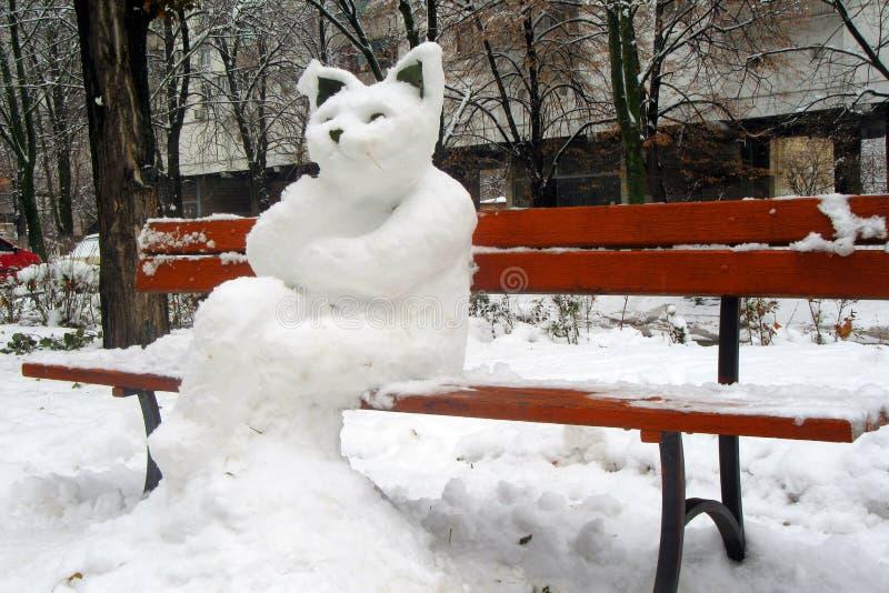 Ο αριθμός μιας τεράστιας γάτας, γλυπτός από το χιόνι στον πάγκο πόλεων σε Kyiv στοκ εικόνες