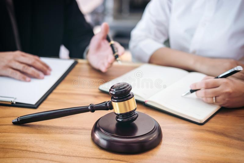 Ο αρσενικός δικηγόρος ή ο δικαστής συσκέπτεται τη διοργάνωση της συνεδρίασης των ομάδων με τον πελάτη, Λα στοκ εικόνες