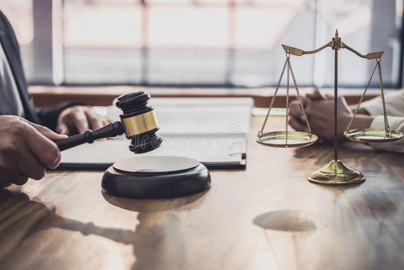 Ο αρσενικός δικηγόρος ή ο δικαστής συσκέπτεται τη διοργάνωση της συνεδρίασης των ομάδων την έννοια με τον πελάτη επιχειρηματιών,  στοκ εικόνες με δικαίωμα ελεύθερης χρήσης