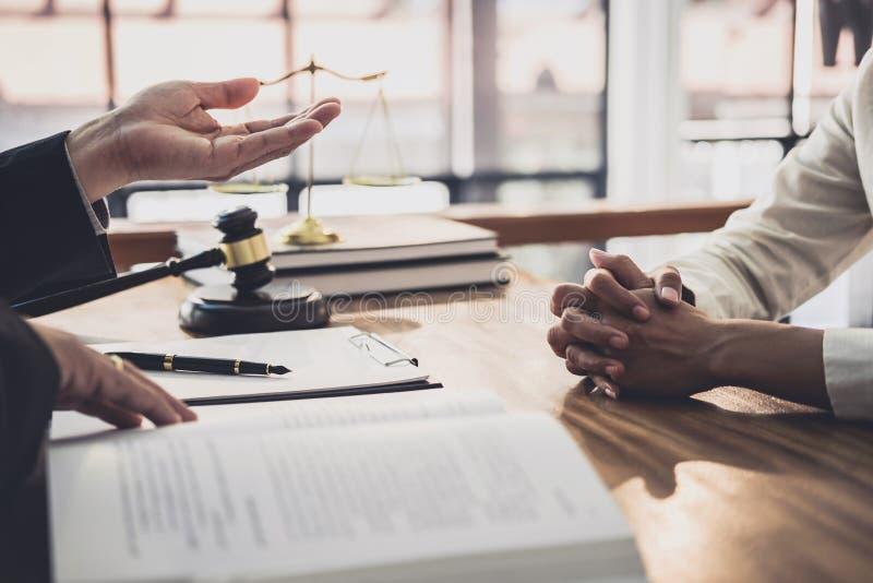 Ο αρσενικός δικηγόρος ή ο δικαστής συσκέπτεται τη διοργάνωση της συνεδρίασης των ομάδων την έννοια με τον πελάτη επιχειρηματιών,  στοκ φωτογραφία με δικαίωμα ελεύθερης χρήσης