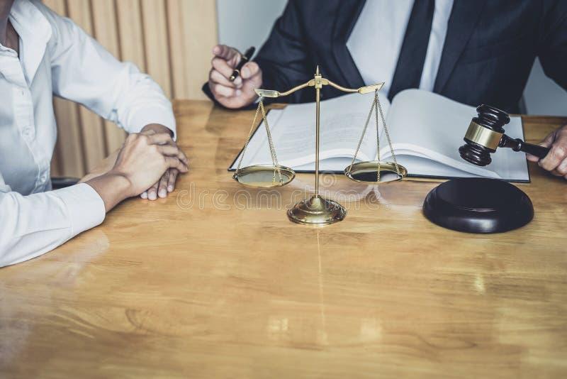 Ο αρσενικός δικηγόρος ή ο σύμβουλος που εργάζεται στο δικαστήριο διοργανώνει τη συνεδρίαση με τον πελάτη είναι διαβουλεύσεις με τ στοκ εικόνες