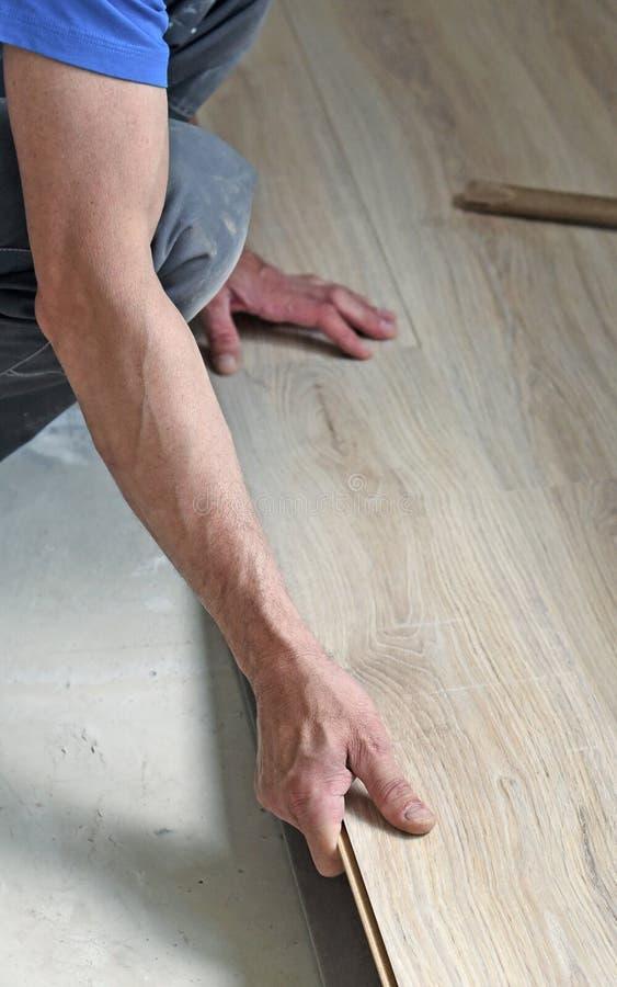 Ο αρσενικός ξυλουργός βάζει το φύλλο πλαστικού στοκ φωτογραφία