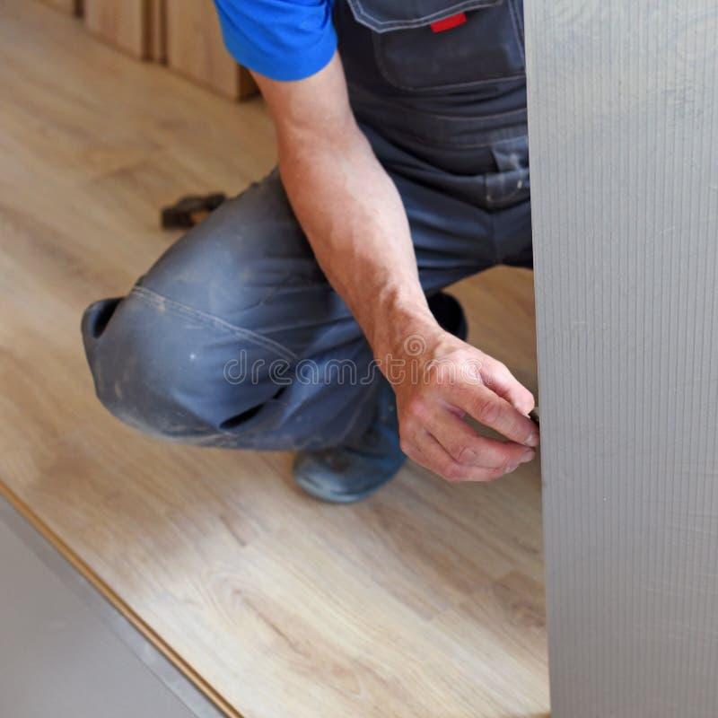 Ο αρσενικός ξυλουργός επιλέγει ένα υπόστρωμα στοκ φωτογραφία με δικαίωμα ελεύθερης χρήσης