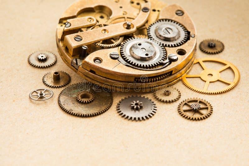 Ο αρχαίος μηχανισμός ρολογιών ρολογιών τσεπών chronometr με cogwheels τα εργαλεία στο υπόβαθρο εγγράφου εκλεκτική εστίαση κινηματ στοκ εικόνες