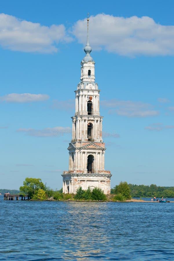 Ο αρχαίος πύργος κουδουνιών της πλημμυρισμένης κινηματογράφησης σε πρώτο πλάνο καθεδρικών ναών του Άγιου Βασίλη Kalyazin, Ρωσία στοκ εικόνα με δικαίωμα ελεύθερης χρήσης