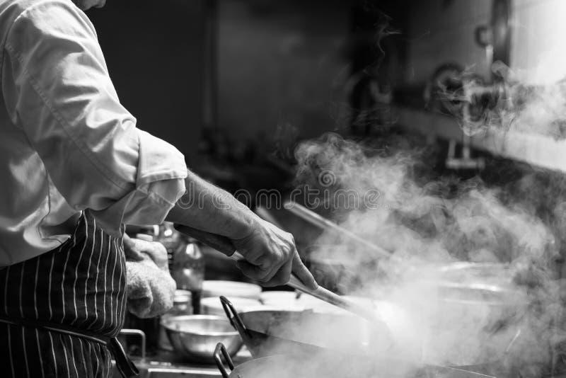 Ο αρχιμάγειρας ανακατώνει στοκ φωτογραφία με δικαίωμα ελεύθερης χρήσης