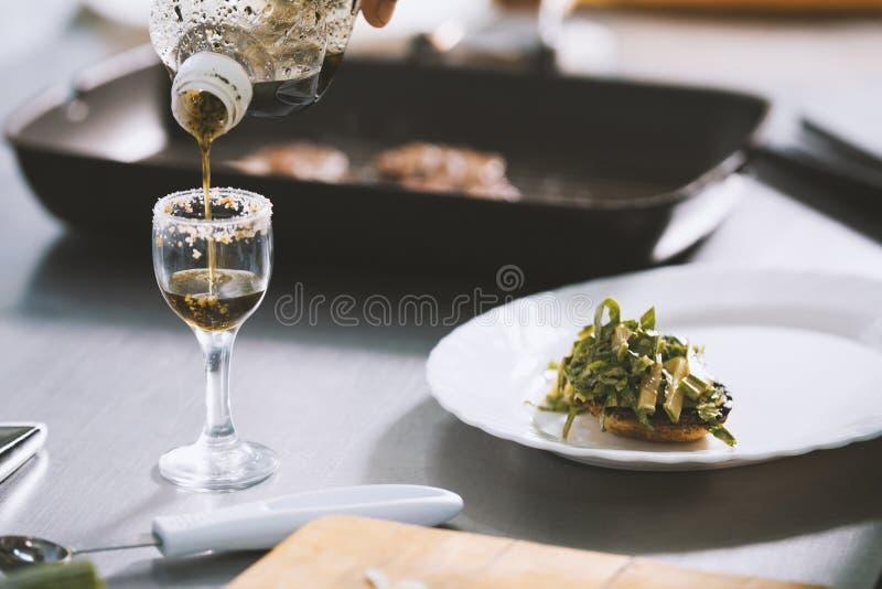 Ο αρχιμάγειρας εξυπηρετεί τα τρόφιμα στο πιάτο στο εστιατόριο στοκ εικόνες