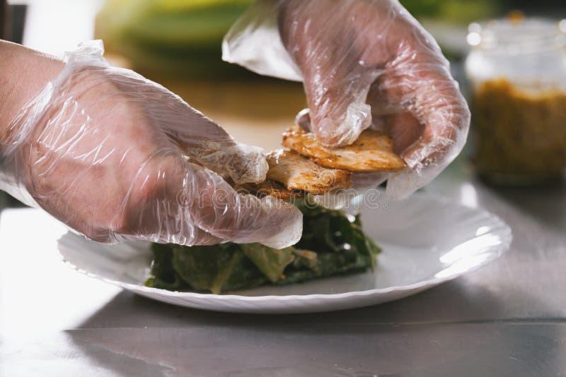 Ο αρχιμάγειρας εξυπηρετεί το τηγανισμένο κοτόπουλο στο πιάτο στο εστιατόριο στοκ εικόνα με δικαίωμα ελεύθερης χρήσης