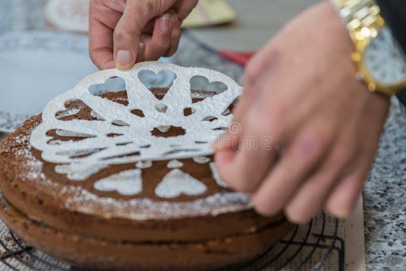 Ο αρχιμάγειρας ζύμης διακοσμεί ένα κέικ στοκ εικόνα με δικαίωμα ελεύθερης χρήσης