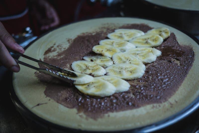 Ο αρχιμάγειρας κάνει την μπανάνα σοκολάτας crepe στο καυτό τηγάνι στη Μπανγκόκ στοκ φωτογραφία με δικαίωμα ελεύθερης χρήσης