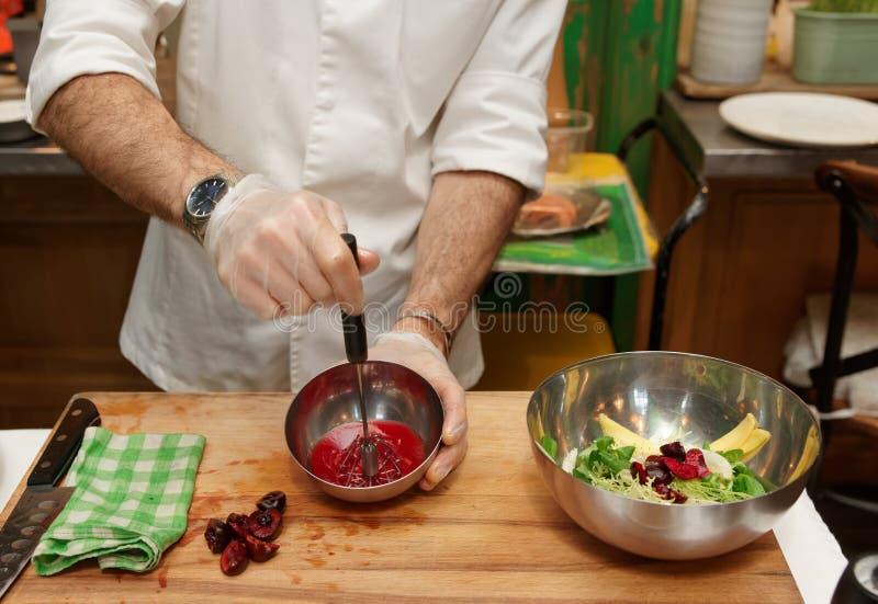 Ο αρχιμάγειρας κάνει τη σάλτσα σαλάτας στοκ εικόνες με δικαίωμα ελεύθερης χρήσης