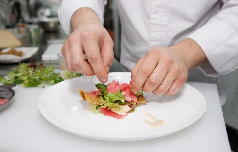 Ο αρχιμάγειρας κάνει το ορεκτικό στοκ εικόνα