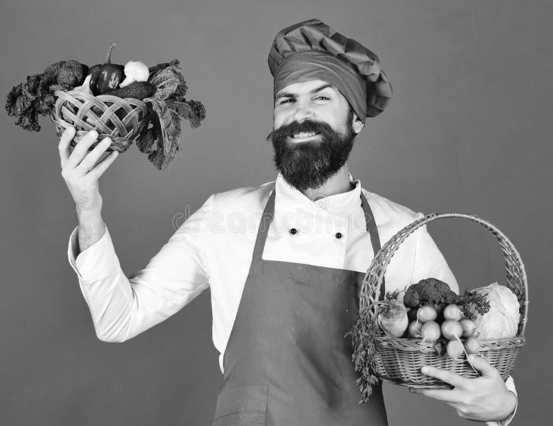 Ο αρχιμάγειρας κρατά το λάχανο, το ραδίκι, το μπρόκολο με το μαρούλι και το σκόρδο στοκ εικόνες