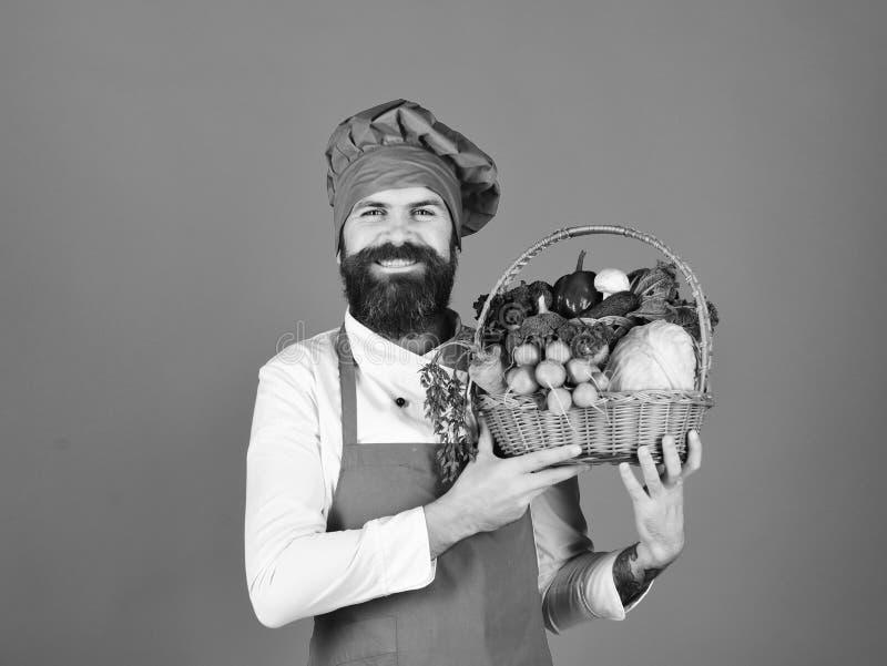 Ο αρχιμάγειρας κρατά το λάχανο, το ραδίκι, το μπρόκολο με το μαρούλι, το πιπέρι και το σκόρδο στοκ εικόνες με δικαίωμα ελεύθερης χρήσης