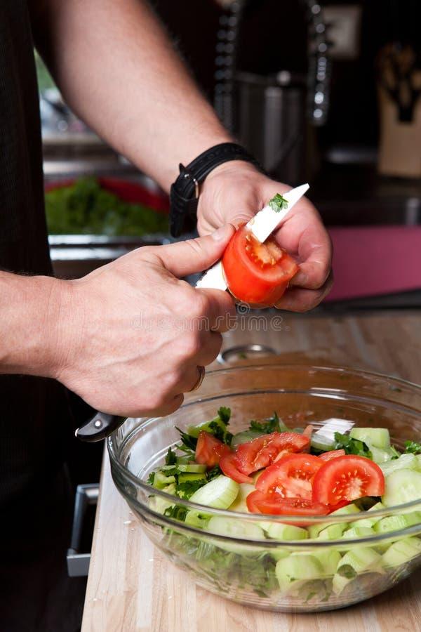 Download ο αρχιμάγειρας κόβει τη φ&rh Στοκ Εικόνα - εικόνα από χέρια, φρεσκάδα: 17055439