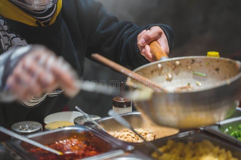 Ο αρχιμάγειρας μαγειρεύει τα κινεζικά τρόφιμα στοκ εικόνα