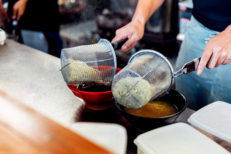 Ο αρχιμάγειρας που βράζει το νουντλς στη σούπα για την παραγωγή miso και το shoyu στοκ φωτογραφία