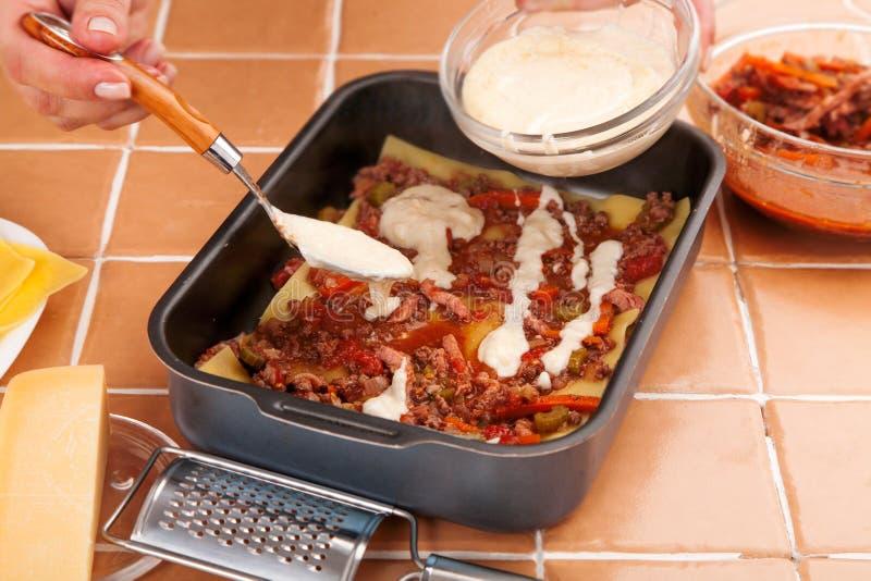Ο αρχιμάγειρας προετοιμάζει το lasagna κρέατος στοκ φωτογραφία με δικαίωμα ελεύθερης χρήσης