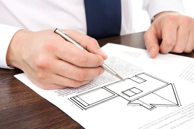 Ο αρχιτέκτονας σύρει ένα πρόγραμμα σπιτιών σχεδίων στοκ εικόνες