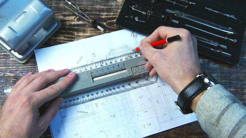 Ο αρχιτέκτονας σύρει ένα σχέδιο Στενή όψη στοκ εικόνα