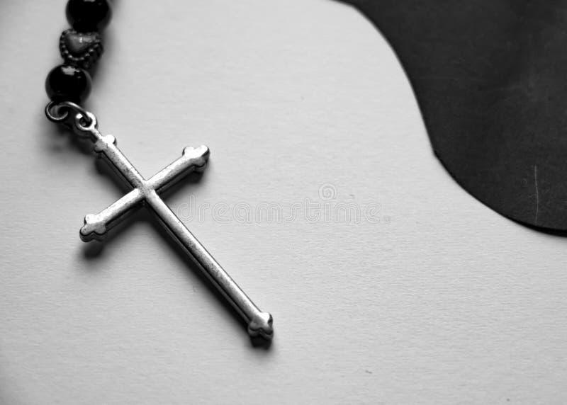 Ο ασημένιος σταυρός στο γραπτό υπόβαθρο εγγράφου στοκ φωτογραφίες με δικαίωμα ελεύθερης χρήσης