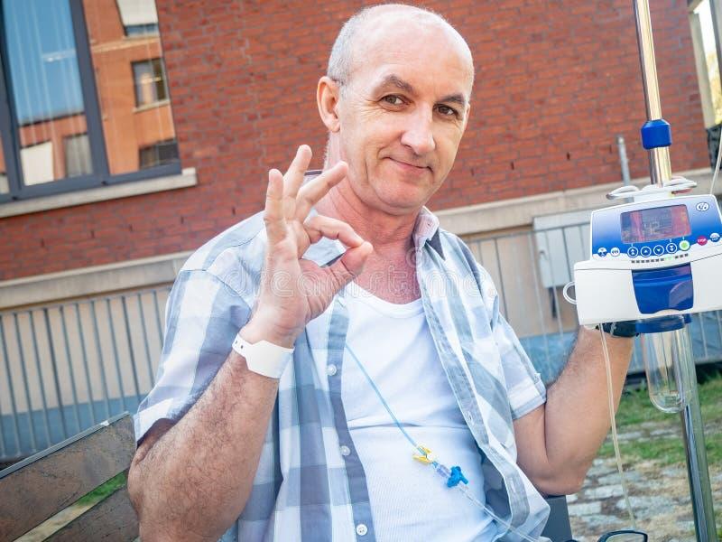 Ο ασθενής που υποβάλλεται στη θεραπεία chemo παρουσιάζει χειρονομία ο.κ. στοκ φωτογραφίες