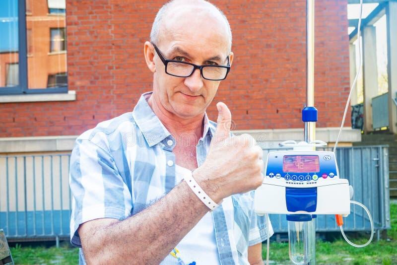 Ο ασθενής που υποβάλλεται στη θεραπεία chemo παρουσιάζει χειρονομία ο.κ. στοκ εικόνα με δικαίωμα ελεύθερης χρήσης