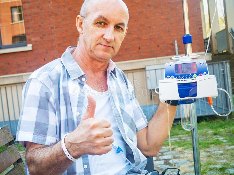 Ο ασθενής που υποβάλλεται στη θεραπεία chemo παρουσιάζει χειρονομία ο.κ. στοκ εικόνες με δικαίωμα ελεύθερης χρήσης