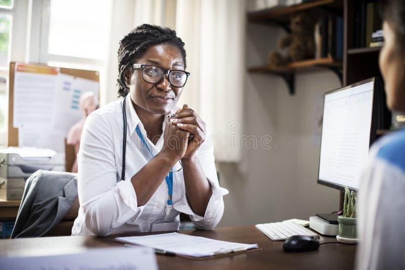 Ο ασθενής συναντά έναν γιατρό στοκ εικόνες