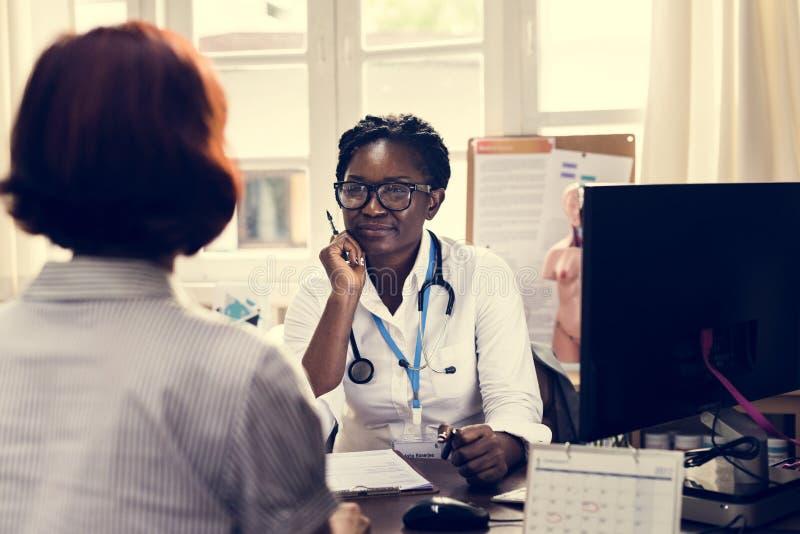 Ο ασθενής συναντά έναν γιατρό στοκ φωτογραφίες